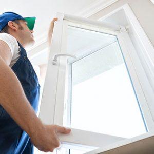 Professioneller Handwerker der Fenster zu Hause installiert